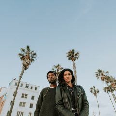 couple-hanging-at-venice-beach-ZBAMULJ