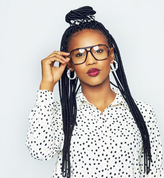fashionable-black-woman-wearing-glasses-48B69MS