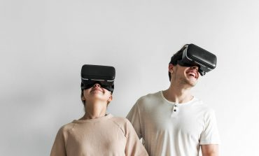 white-couple-experiencing-virtual-reality-with-vr-AJZC7DN